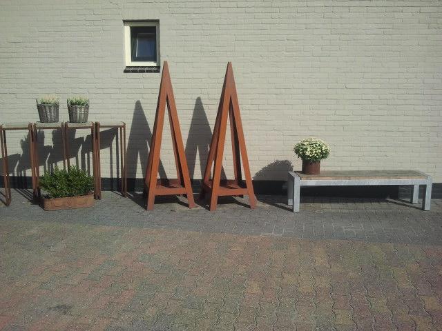 Stalen piramides tuin