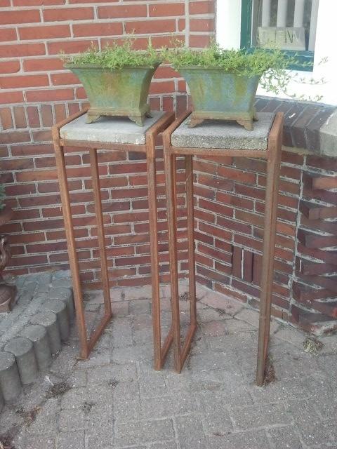 Tafeltjes staal met  stoeptegel